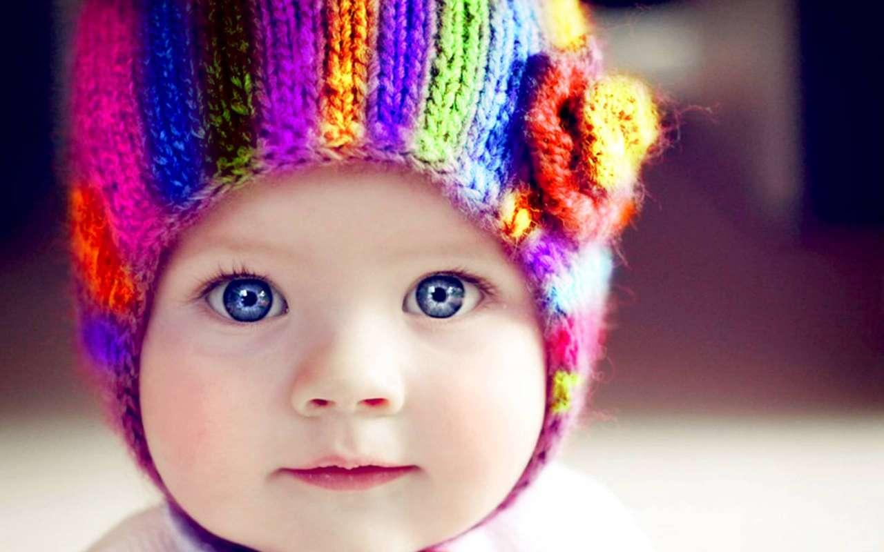 Малюк у в'язаній шапочці
