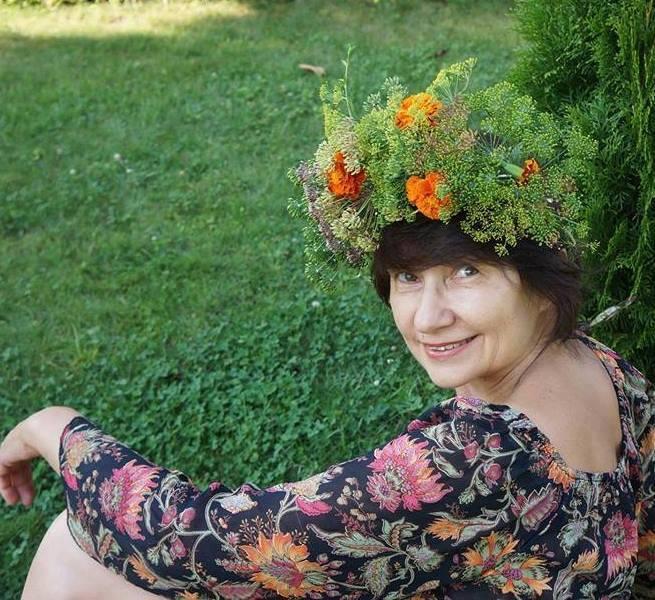 Міла Іванцова розкриває скриньку з оповідками