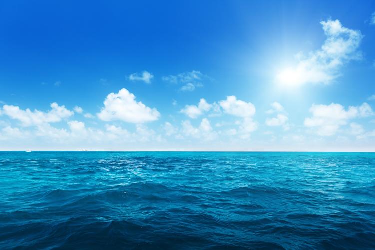 Поверхня океану в погожий сонячний день